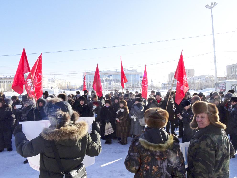 Митинг под красными флагами и